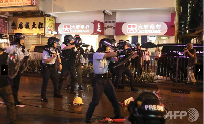 20190826香港警官銃を向ける