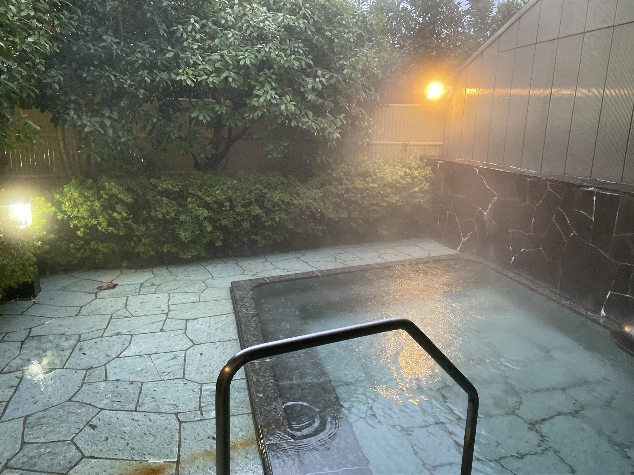 雨の露天風呂