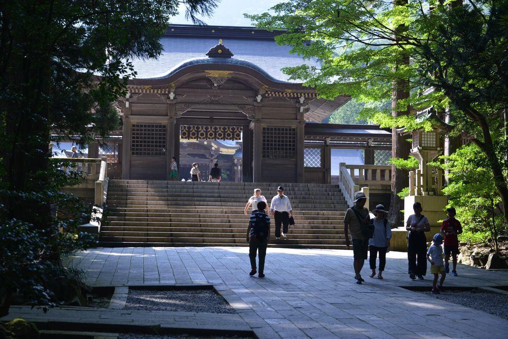 神社の日陰-1