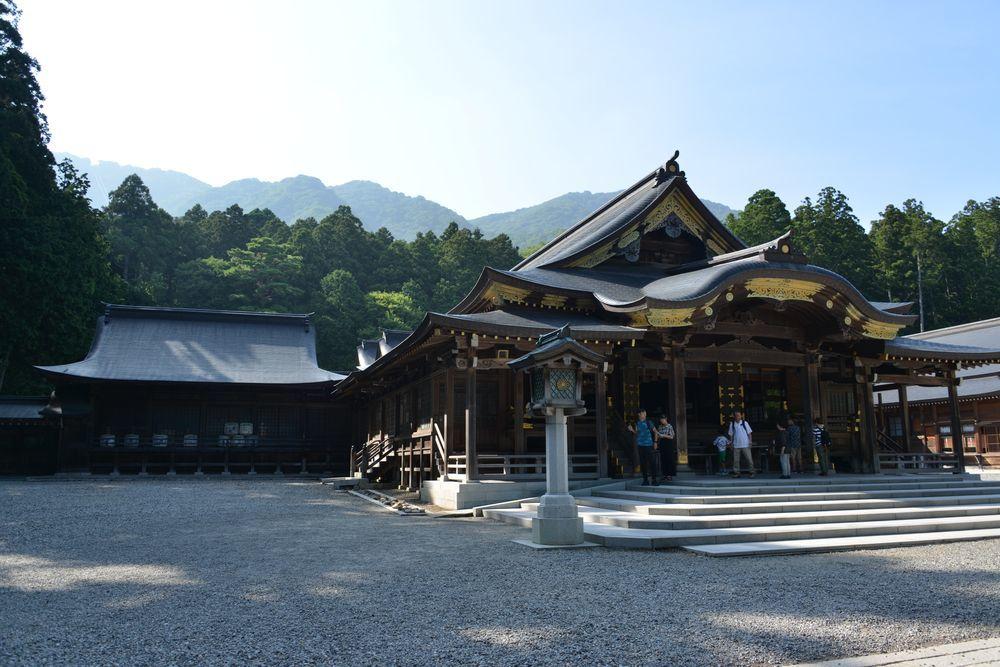 神社の日陰-2