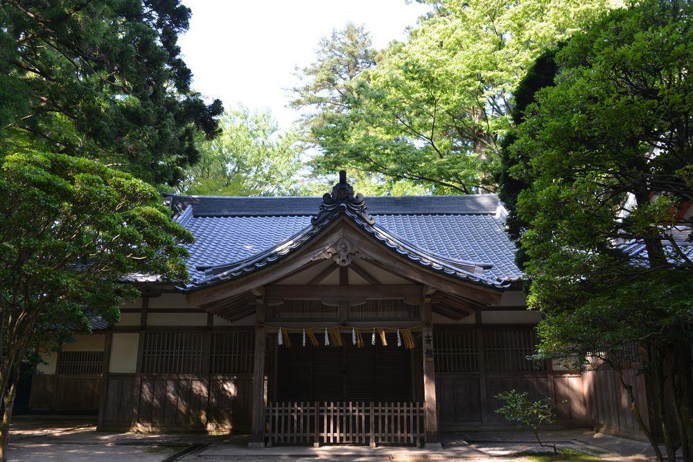 神社の日陰-4