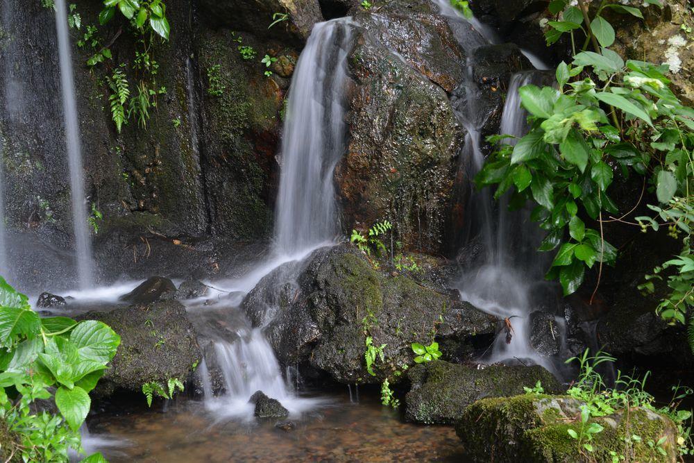 公園の滝-2