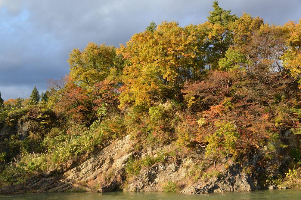川沿いの紅葉-2