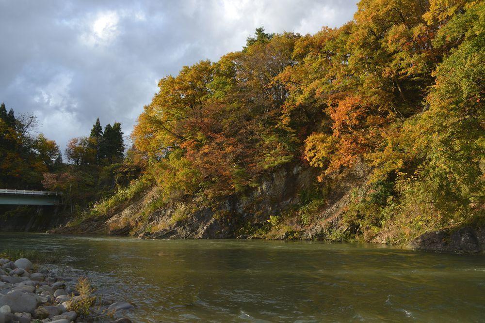 川沿いの紅葉-7