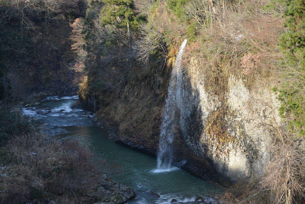 紅葉の終わった滝-2