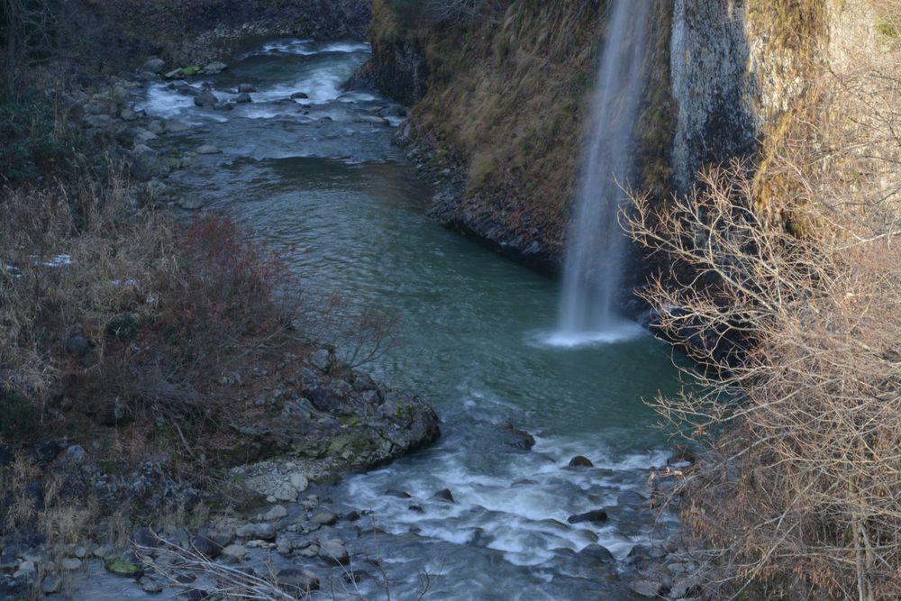 紅葉の終わった滝-3