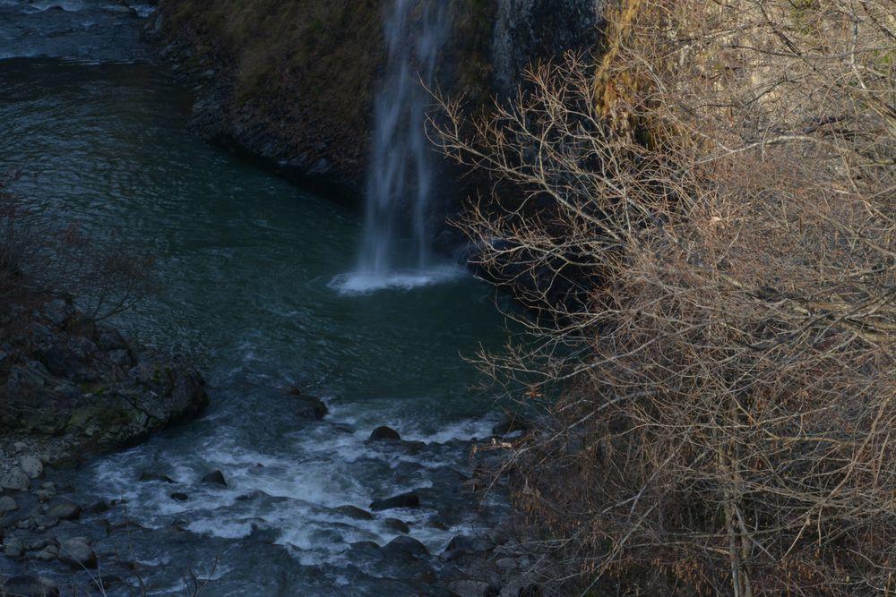 紅葉の終わった滝-4