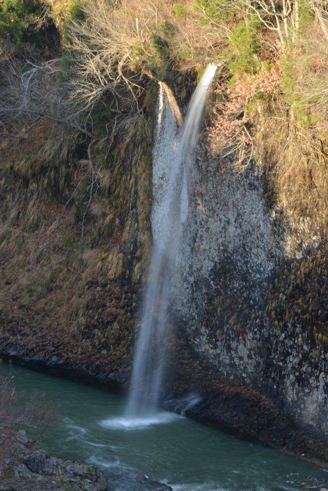 紅葉の終わった滝-5