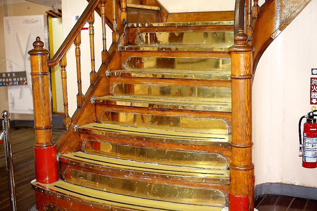 上甲板への階段_1