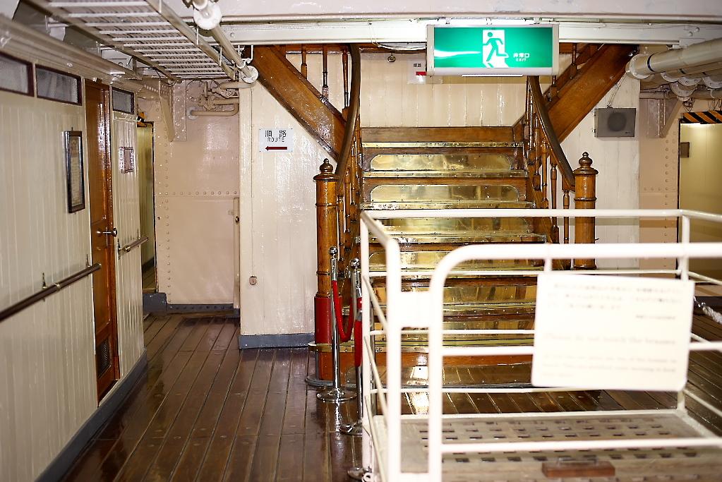 上甲板への階段_2