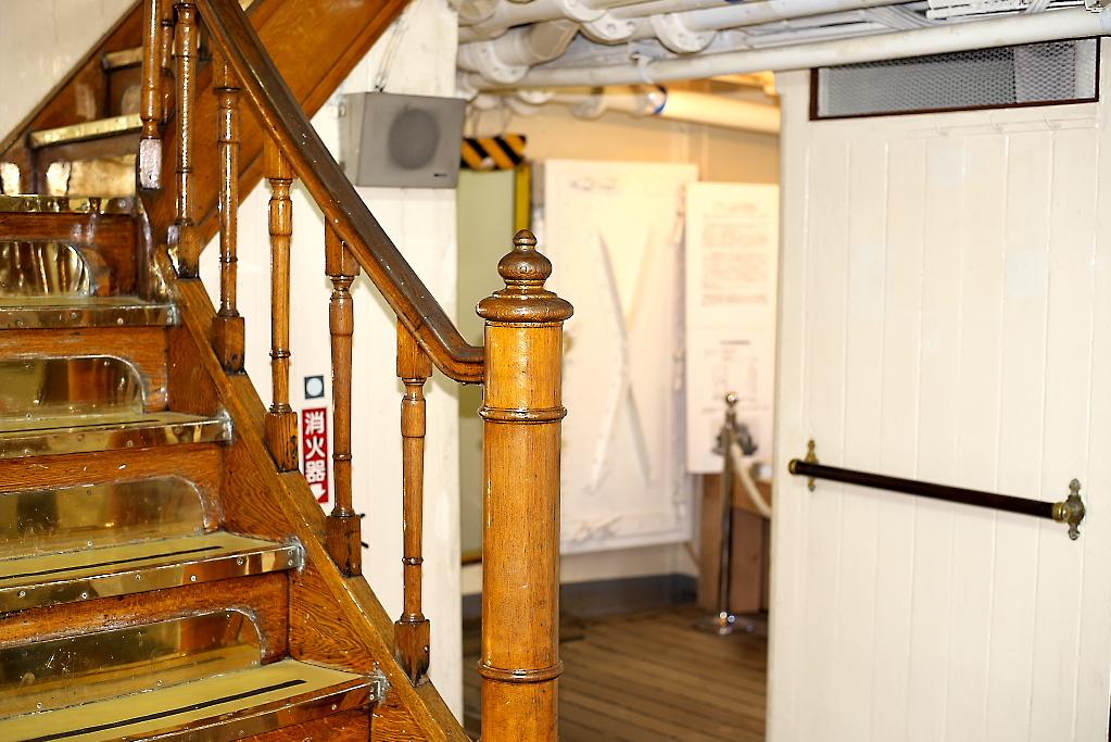 上甲板への階段_3