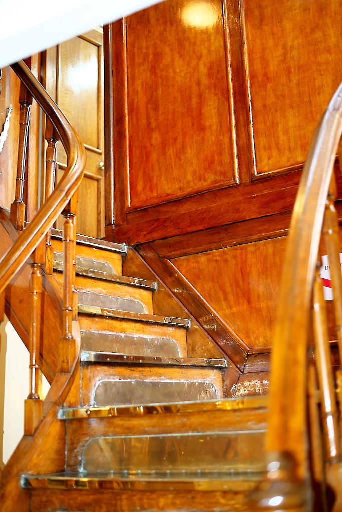 もう一つの金ピカの階段を上がる_2
