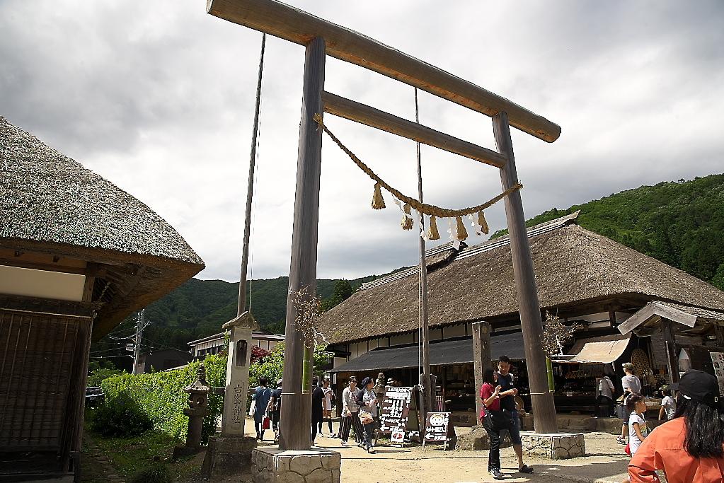 ここを少し入ると地区の神社がある