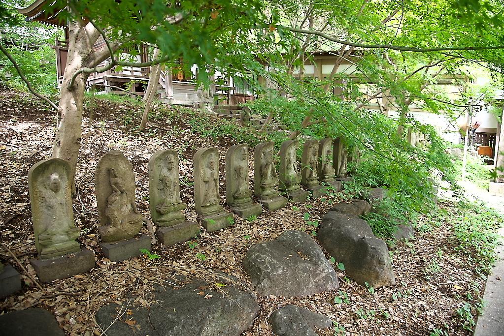 観音堂の前に並ぶ石像_2