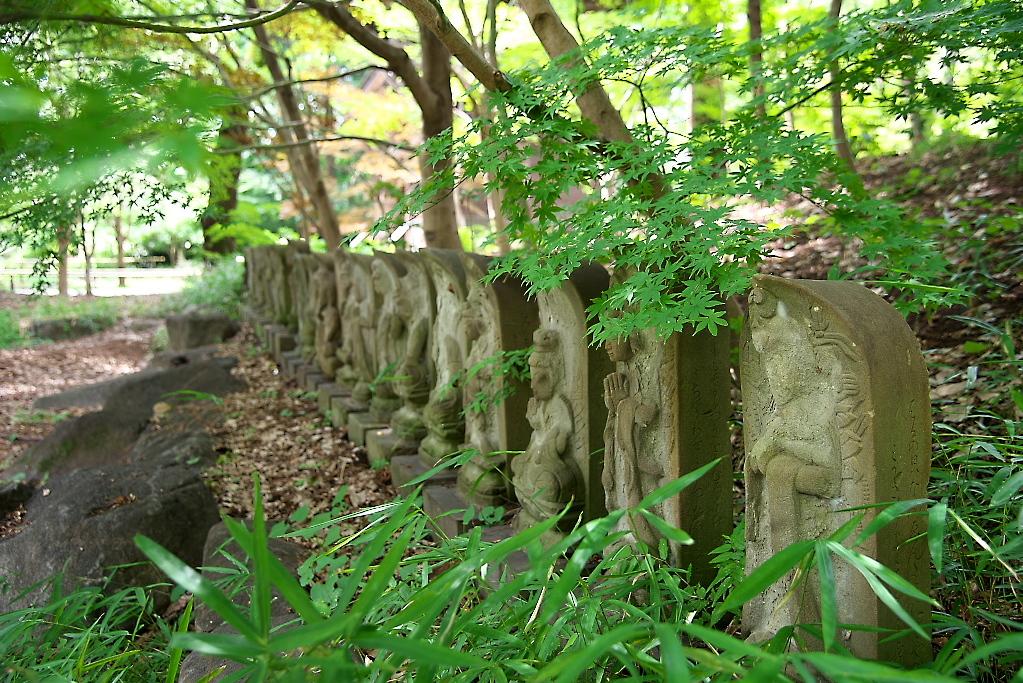 観音堂の前に並ぶ石像_3