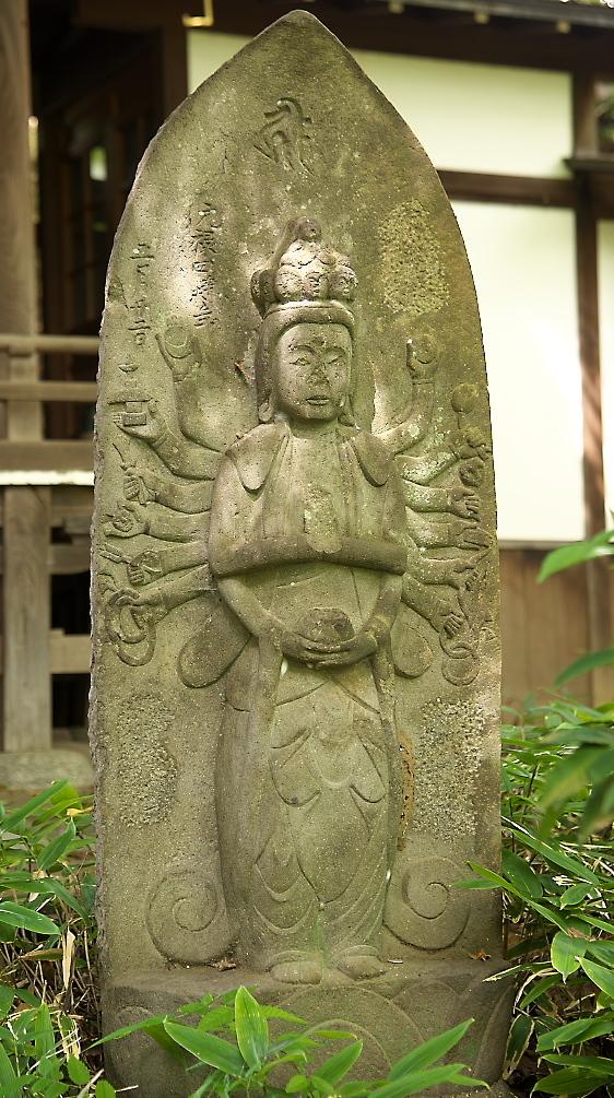 観音堂の前を守護する石像_2