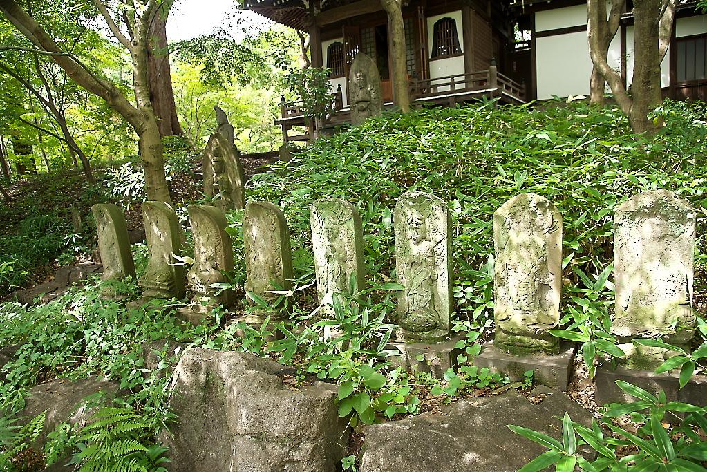 観音堂の前に並ぶ石像_4