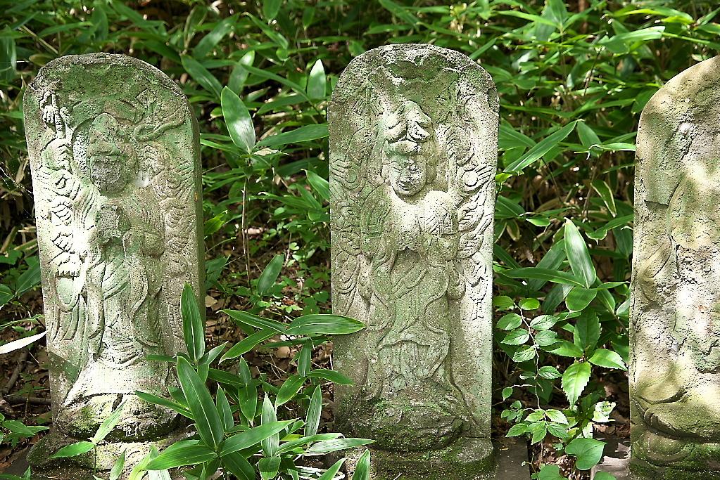 観音堂の前に並ぶ石像_5