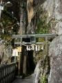 200307夫婦岩の間を通って本殿へ