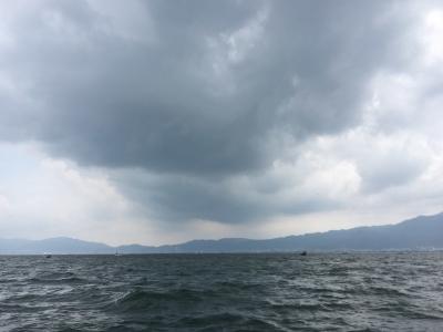 今にも雨が降りだしそうな曇り空の琵琶湖南湖(6月29日12時40分頃)