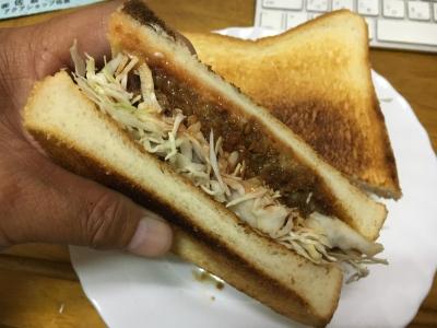 焼いた6枚切り食パンにバローのびっくりミンチカツ98円(税別)とみじん切りのキャベツを挟んだミンツカツサンド
