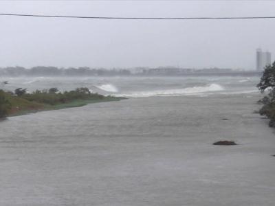 台風19号の爆風で大荒れの真野川河口沖(10月12日14時20分頃)