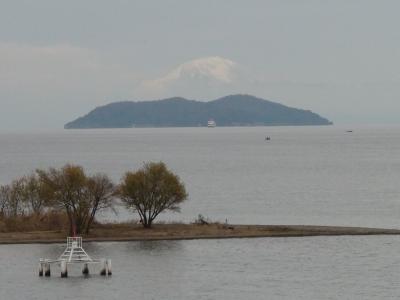 琵琶湖大橋西詰めから眺めた沖島と伊吹山(19/12/07)