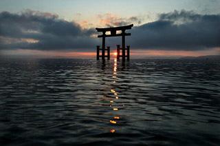 琵琶湖の日の出と白髭神社の水中鳥居