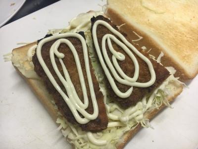 軽く焼いた食パンにコールスローを敷き詰めてマヨネーズをたっぷり付けてアジフライ挟みます