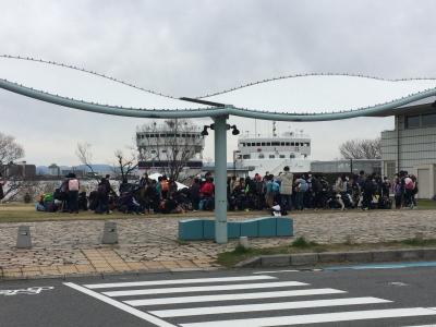 琵琶湖大橋港で児童を降ろしたうみのこ。この次のスクールは中止になった。右は旧うみのこ(20/02/28)