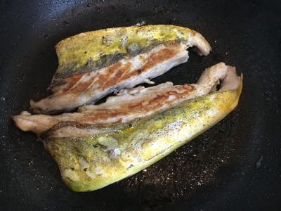 油をたっぷり敷いたフライパンで焼きます