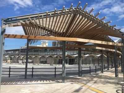 歩道の屋根は琵琶湖の水面や比良山系の山並みをイメージデザイン 比叡山はないのか!?