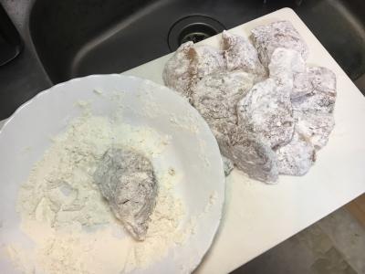 片栗粉を混ぜた小麦粉をていねいにまぶします