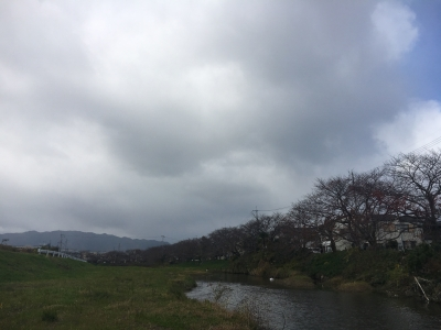 比良山から黒っぽい雲が流れて来て時雨もようの堅田周辺