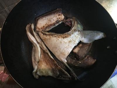 油をしいたフライパンに蓋をしてじっくり焼きます