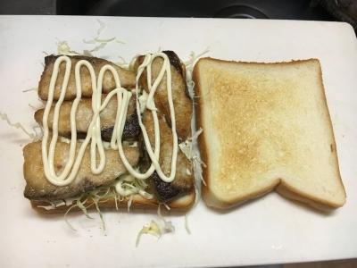 トーストにコールスローを敷いた上にムニエルを隙間なく並べてマヨネーズを垂らします