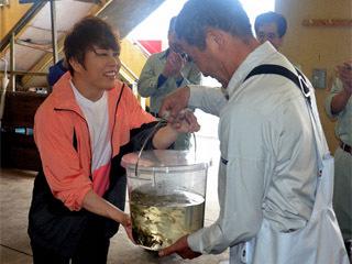 イナズマ自称ロックフェス寄付!! 今年はニゴロブナの稚魚40万尾