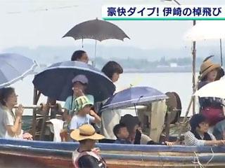 伊崎の棹飛びを船上から眺める見学者