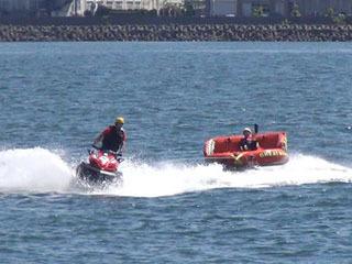 ソファ型の遊具を曳航する水上バイク