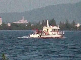 行方不明者を捜索中の警備艇