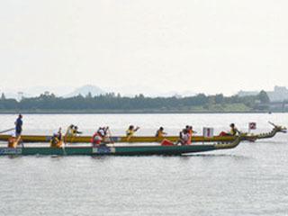琵琶湖を疾走するドラゴンボート