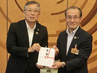 滋賀銀頭取(左)から寄付金の目録を受け取る滋賀県水産振興協会理事長