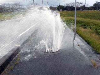 台風ので雨水が混入した下水が噴き出すマンホール