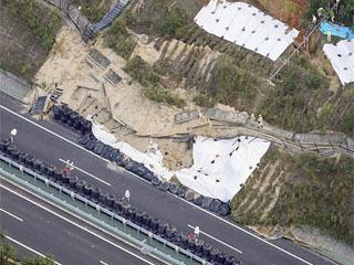 大雨で崩落した新名神道の法面