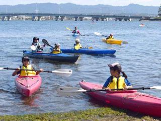 BIWAKO湖フェスでカヌーに挑戦する子供達