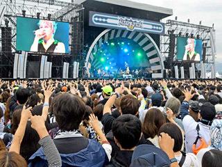 ステージで熱唱する「ロック歌手」の西川貴教さん