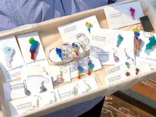 草津の女性作家が製作する琵琶湖の形をしたプラスチック製アクセサリー