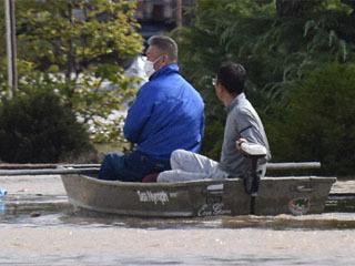 千曲川のもう随で孤立した人の救動に活躍した釣り用ボート