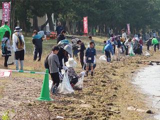 140人が彦根で湖岸清掃