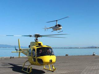 大津市由美浜の市民プラザを飛び立つ小型ヘリコプター